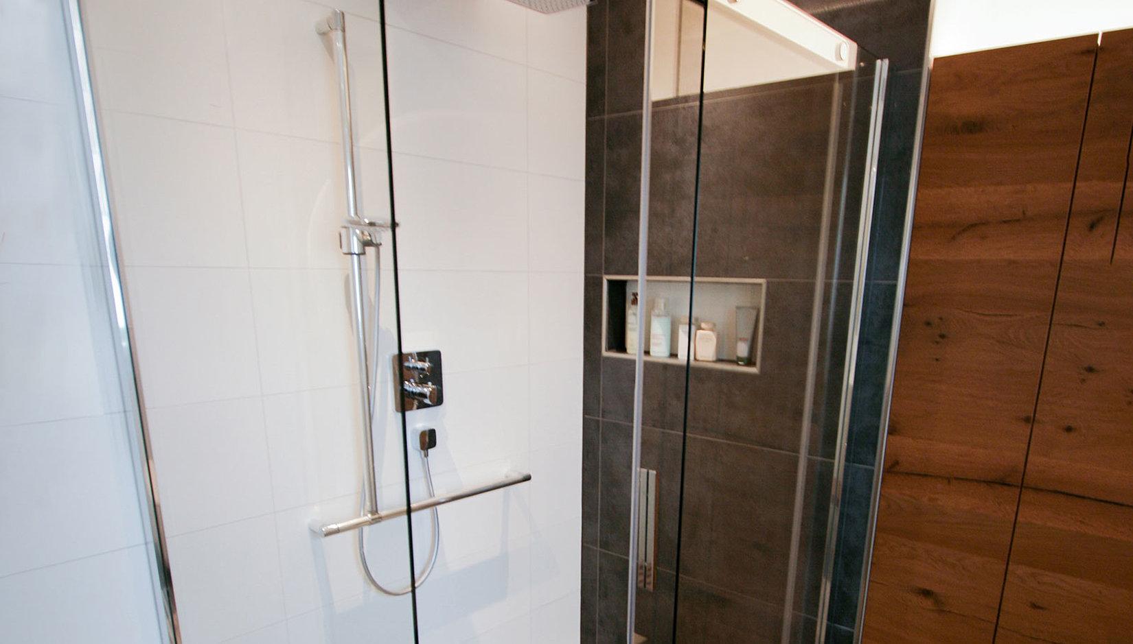 Barrierefreies Badezimmer - Design & Sicherheit vereint | Erlau